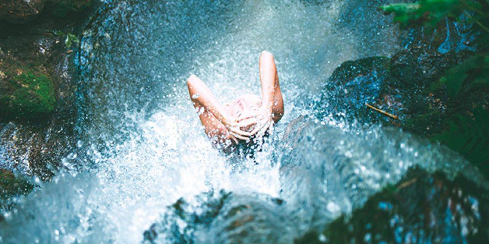 L'acqua nello stile di vita yogico: la doccia fredda o Ishnaan